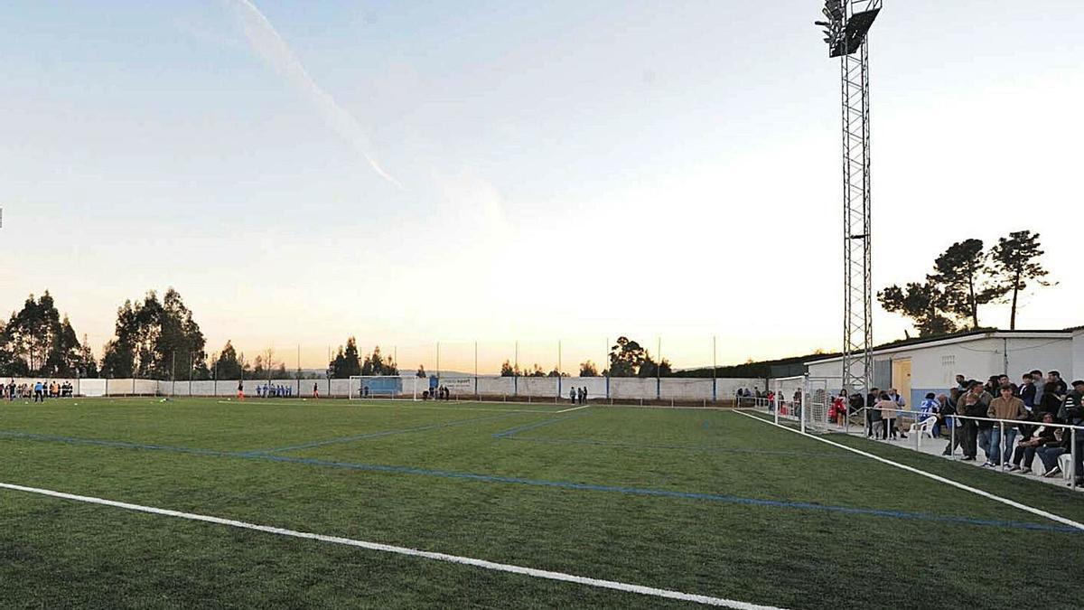 Campo de Os Pinares, donde disputa sus partidos el Brexo-Lema. |  // CARLOS PARDELLAS