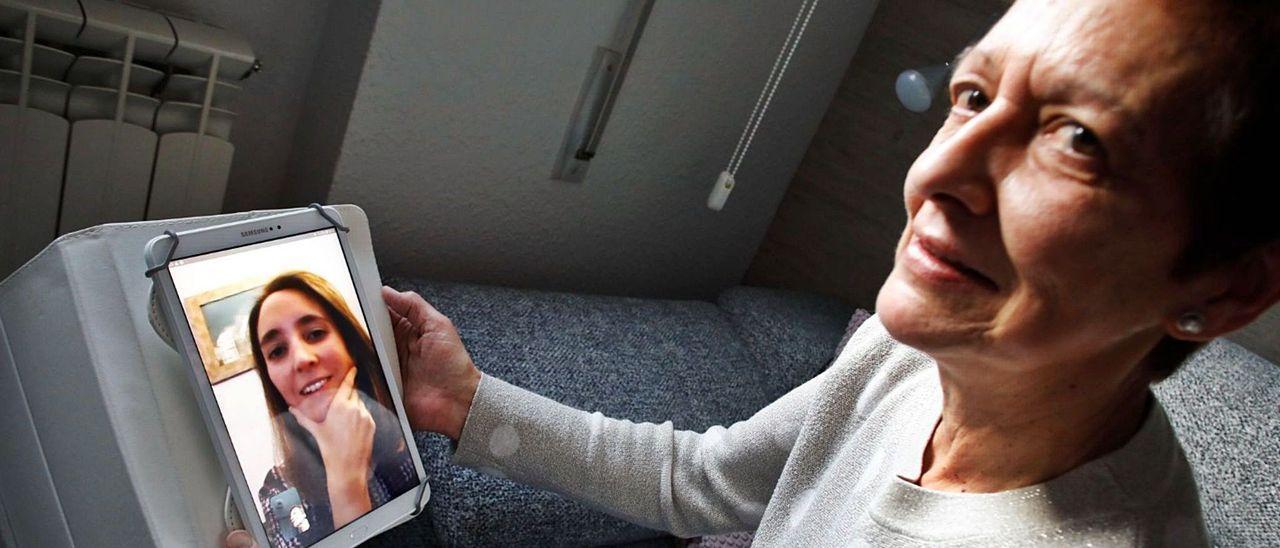 Margarita Montes habla por videoconferencia con su hija María.