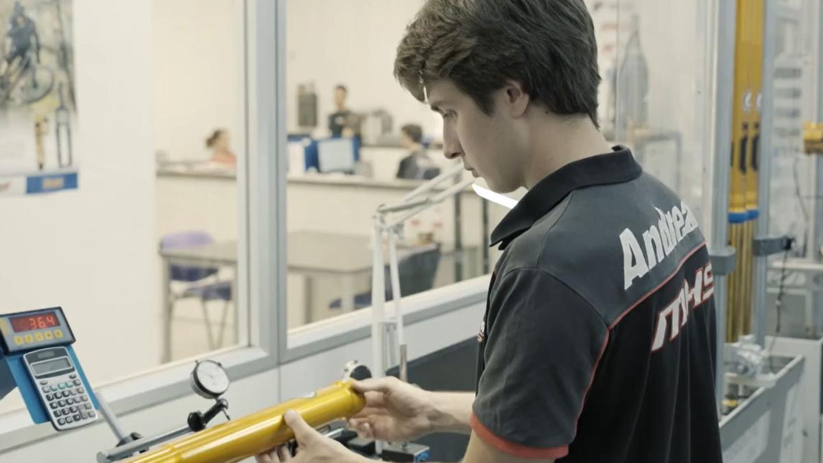 La miniserie de 3 capítulos pone el foco en el valor artesanal dentro de un mundo tan tecnológico como el de MotoGP.
