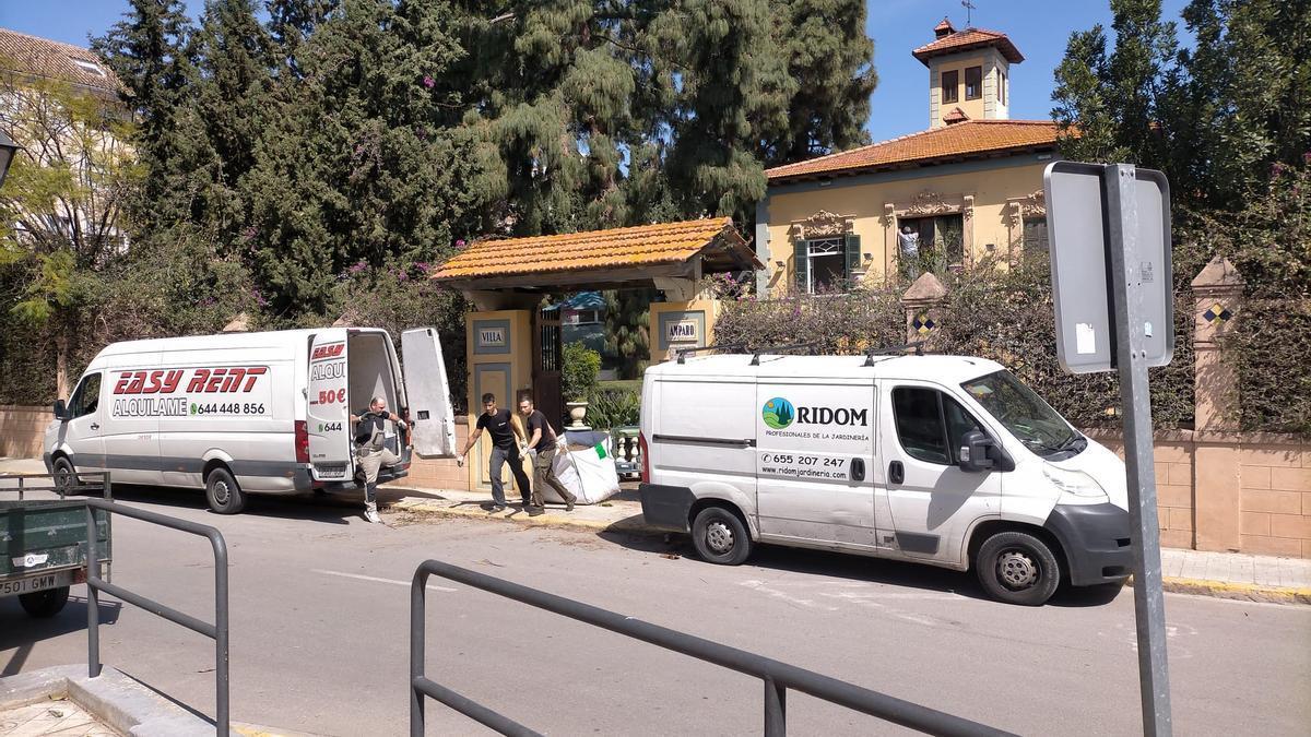 Operarios saliendo con restos de poda en Villa Amparo