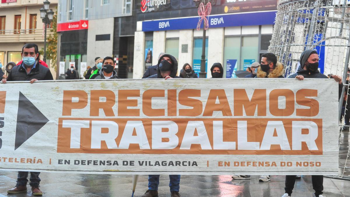 La hostelería de Vilagarcía hace sonar sus cacerolas a modo de protesta reivindicando su derecho a trabajar