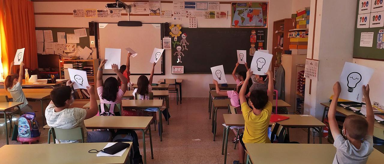 Uno de los talleres que se están realizando en el colegio Ramón Llull de Elche para que los alumnos conozcan las claves de la transición energética y su tecnología.   INFORMACIÓN
