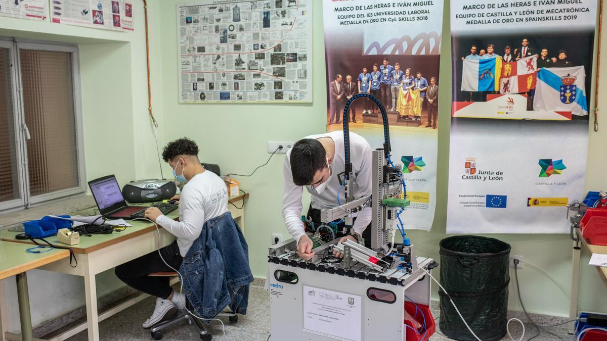 Smail Fahmi y Pablo Bajón, de Mecatrónica del IES Universidad Laboral