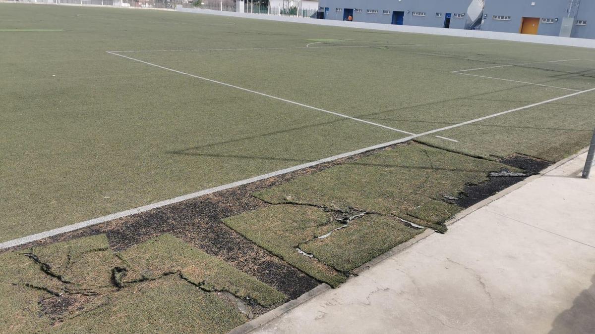 Estado que presenta el césped del campo de fútbol número 1 de Lucena.