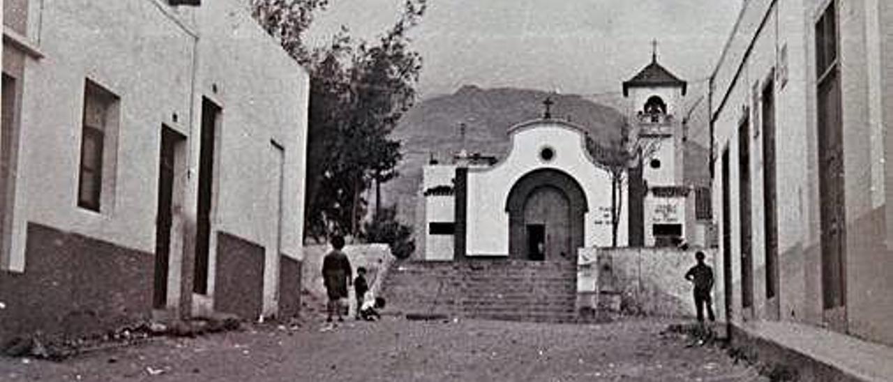Las calles de San Isidro sin asfaltar entre los años 1969 y 1970, con la iglesia al fondo.