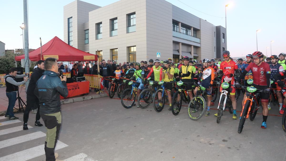 Manolo Mallol se dirige a los ciclistas en la última edición de la Gigante de Piedra Small.