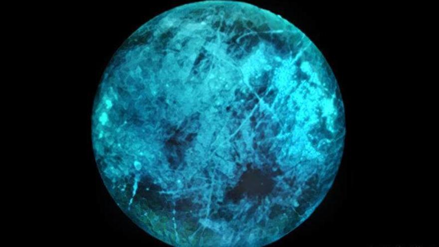 Una luna que puede brillar en la oscuridad