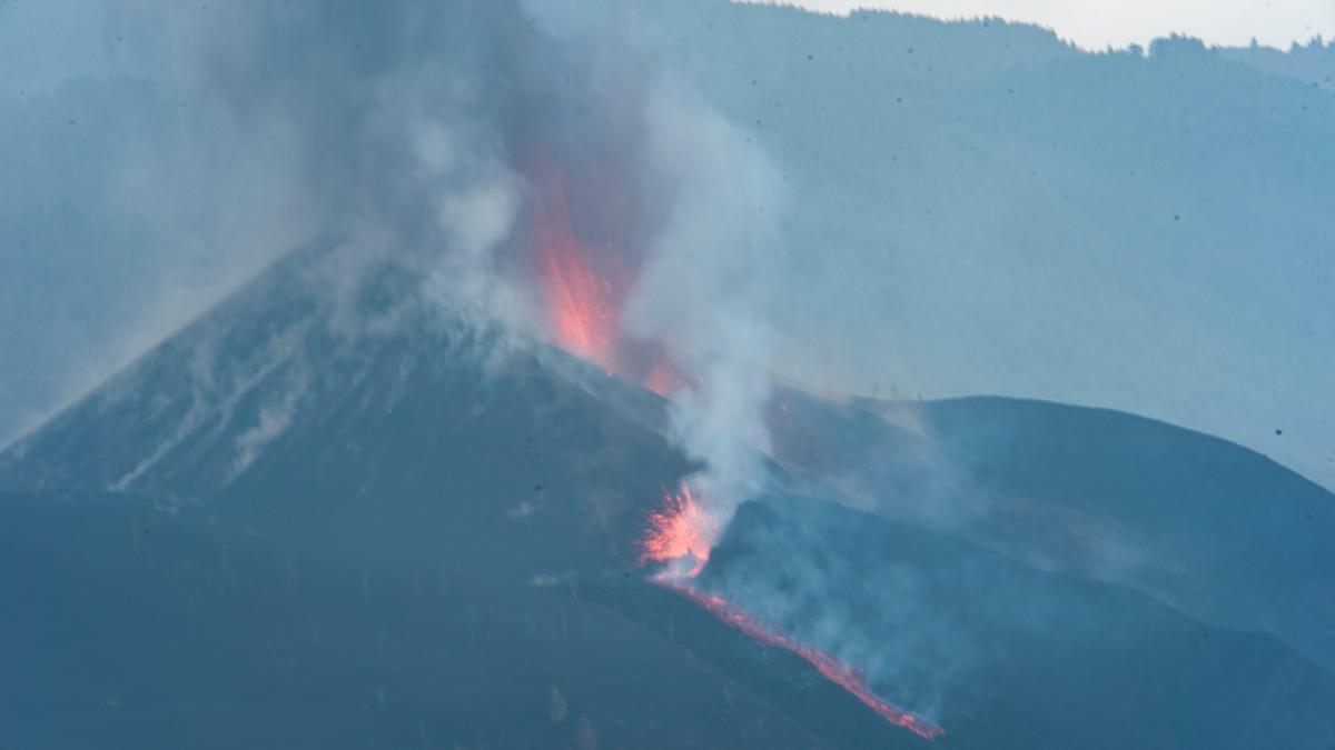 La erupción continúa con explosiones y lava
