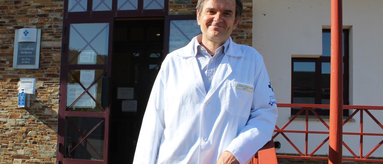 Luis Olmo, ayer, a la entrada del consultorio de San Tirso de Abres.