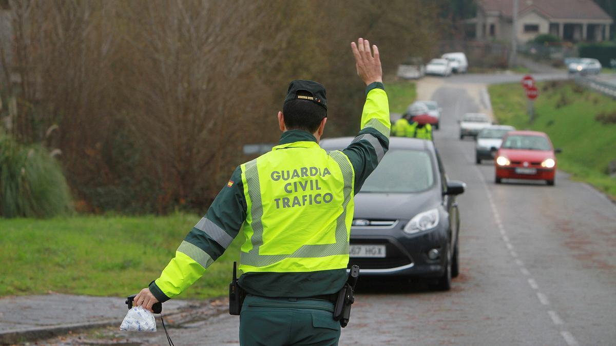 Un guardia civil dirige el tráfico.