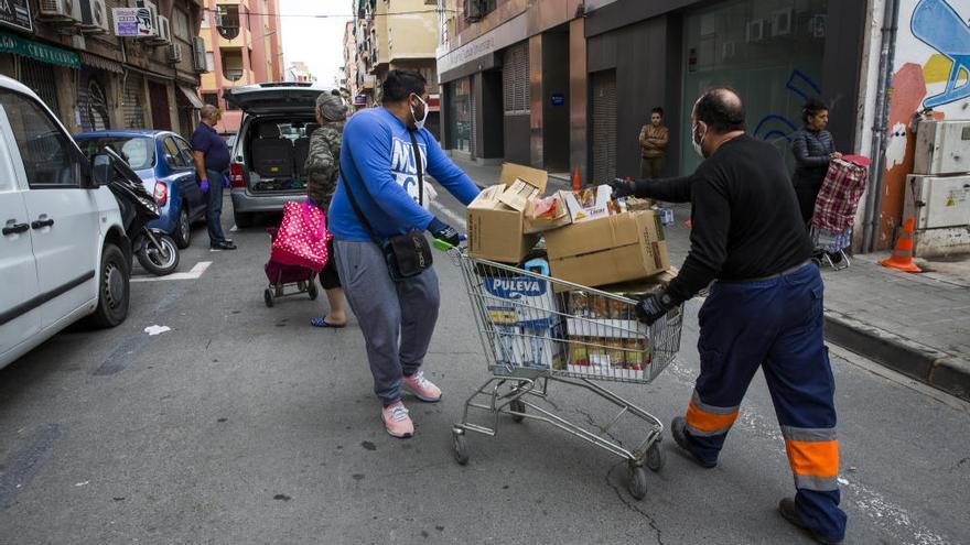 Crisis del coronavirus: Recogida de alimentos en el barrio Miguel Hernández de Alicante