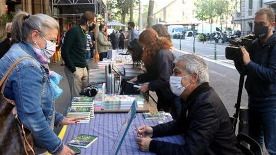 """Els escriptors tornen al carrer en un Sant Jordi """"boníssim"""""""