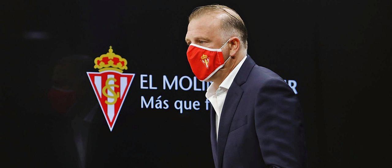 Javi Rico entra a la sala de prensa de El Molinón en la mañana de ayer.