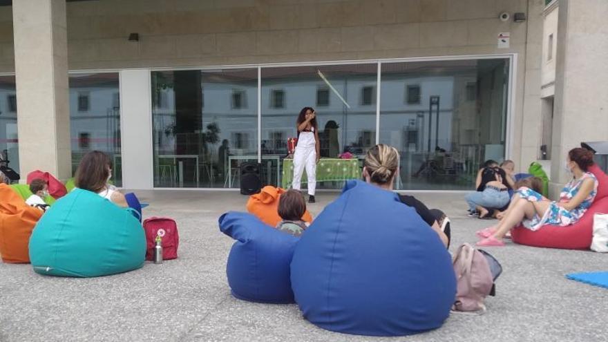 La biblioteca pública acoge talleres y cuentacuentos infantiles al aire libre