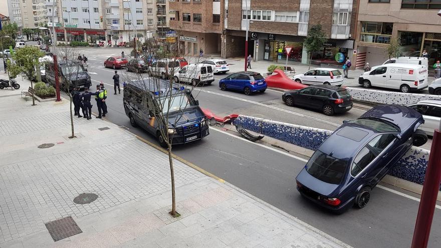 Un coche se empotra contra un muro y termina suspendido sobre el túnel de Gregorio Espino