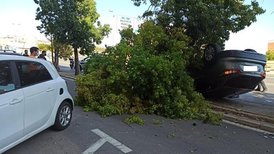 Un herido en Alicante al volcar su coche en la avenida de Dénia