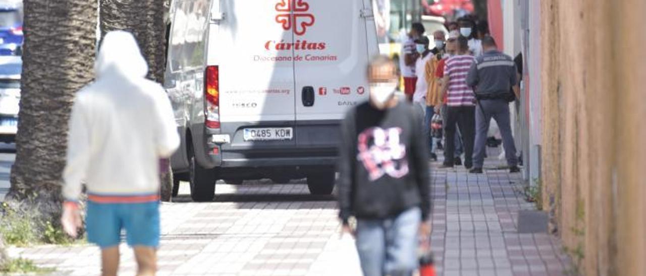 En la imagen, el centro de la Avenida Escaleritas donde decenas de personas hacían cola para retirar el menú. | | LP/DLP