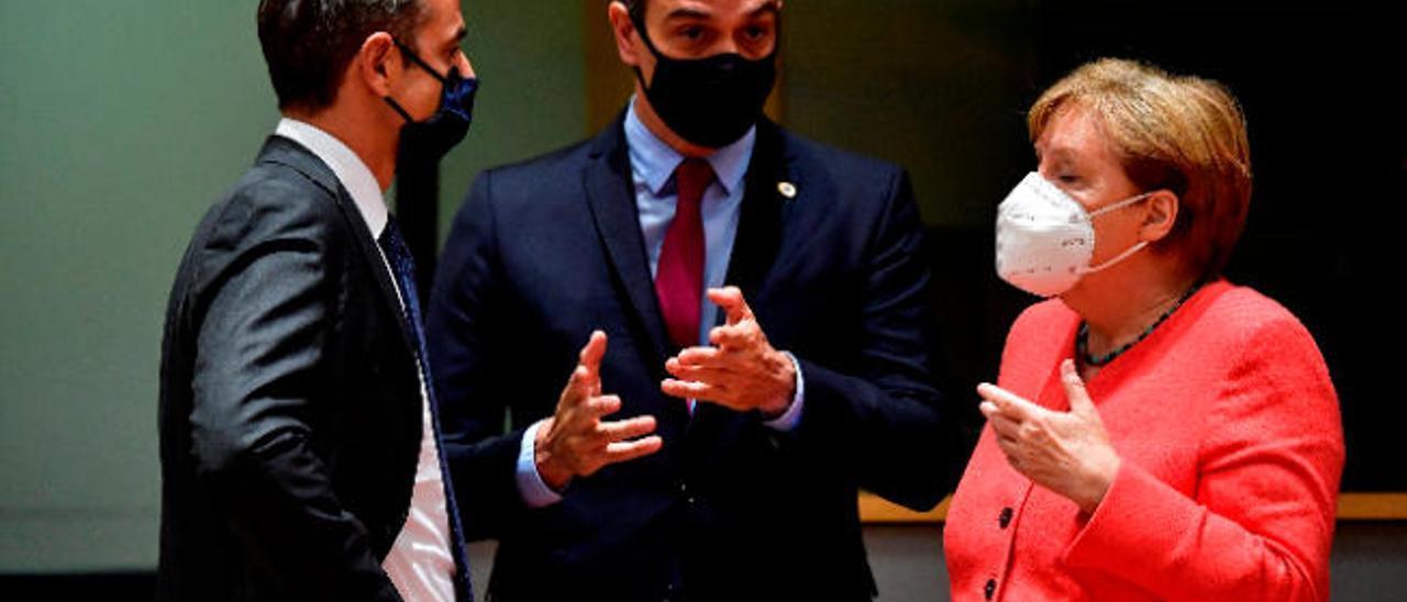 Pedro Sánchez, entre el primer ministro de Grecia Kiriakos Mitsotakis y la canciller alemana Ángela Merkel, en la pasada cumbre del Consejo Europeo.