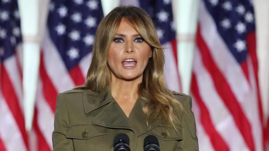 """Melania Trump suspende un mitin por una """"tos persistente"""" tras superar la Covid"""