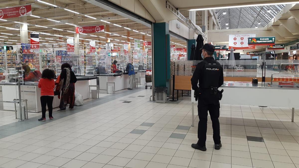 Un agente de la Policía Nacional controla el aforo de los centros comerciales de Vigo
