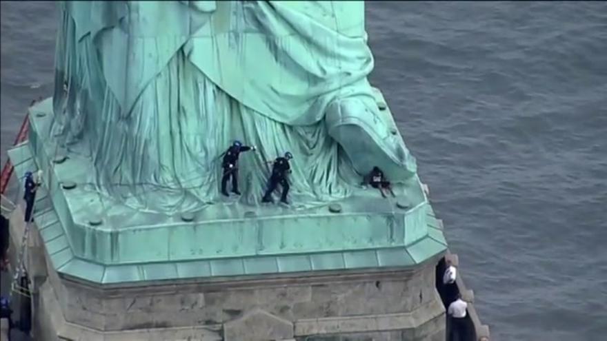 Detenida una mujer por escalar la Estatua de la Libertad