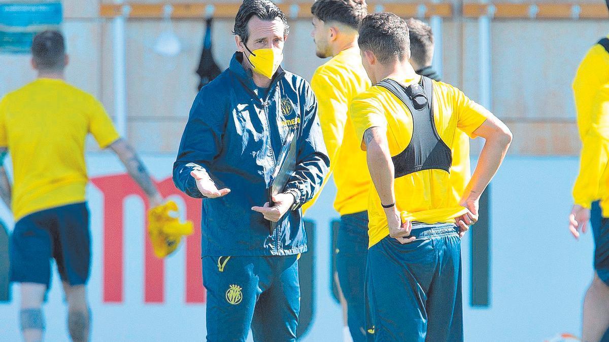 Unai Emery en un entrenamiento del Villarreal junto a Yeremi Pino.