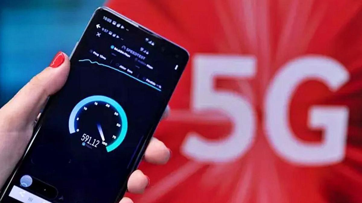 Un usuari comprova la velocitat del 5G amb una aplicació al seu mòbil. | EUROPA PRESS