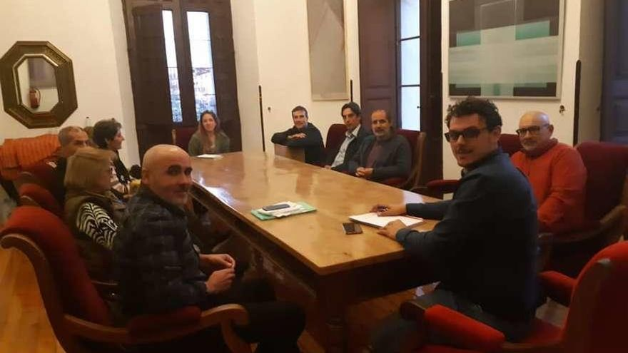 Un momento de la reunión mantenida por el alcalde con naturalistas y vecinos de Pozoantiguo.