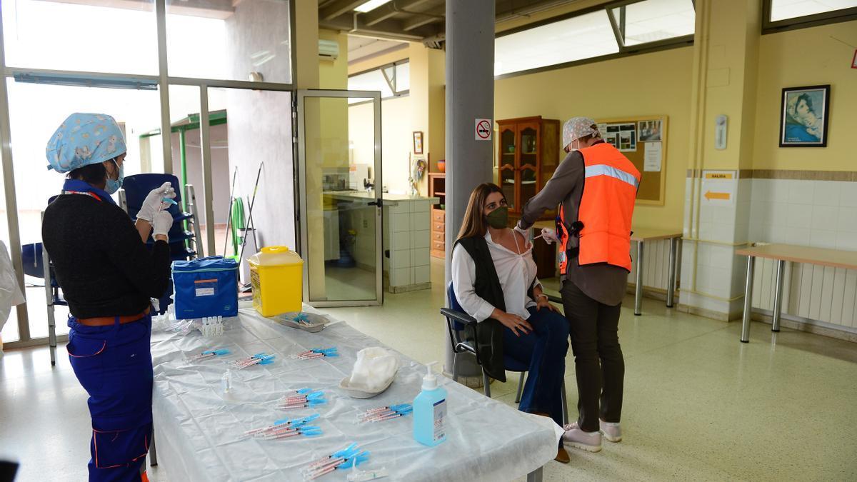 Una trabajadora de Cáritas, vacunándose.