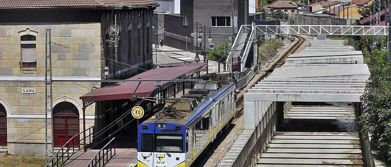 El tren en la actual estación de Sama, que quedará sin uso cuando concluyan las obras.