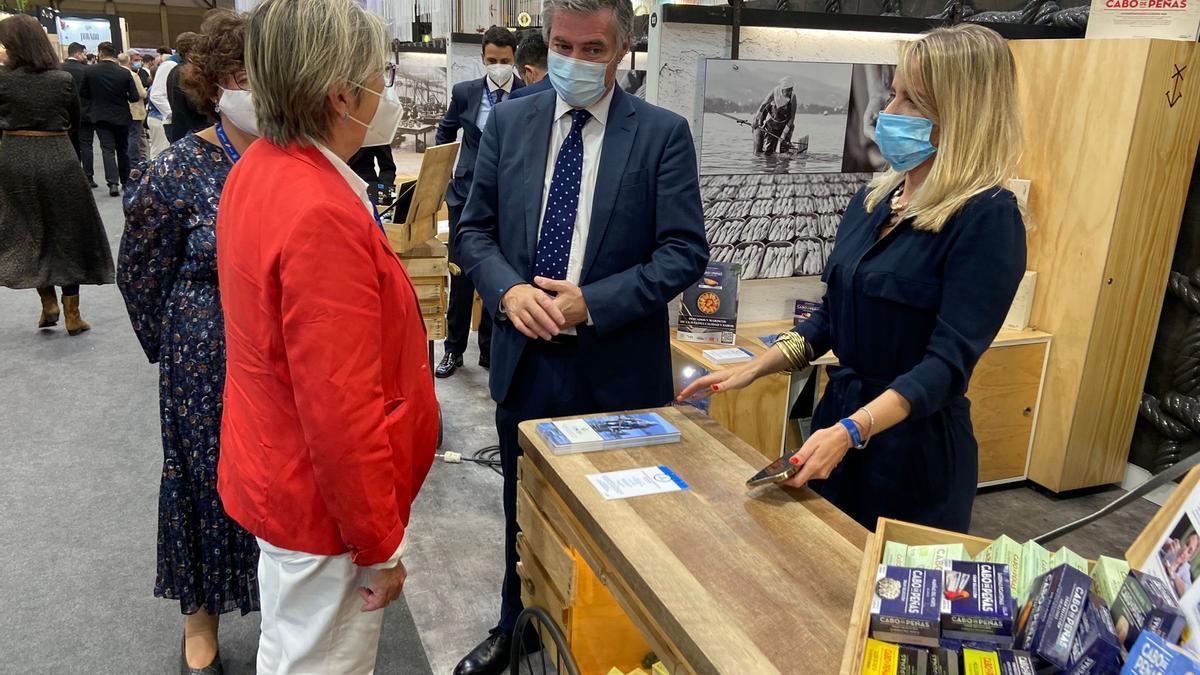 La visita de la conselleira de Mar a las empresas gallegas en el Salón Gourmets.