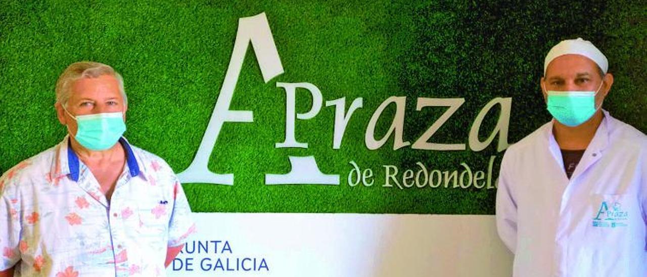 El presidente de la Asociación de Empresarios, Enrique Lago (izq.) y el presidente de la Asociación Alvedosa, Daniel Pérez, junto a la nueva imagen corporativa de la plaza de abastos. |   // FDV