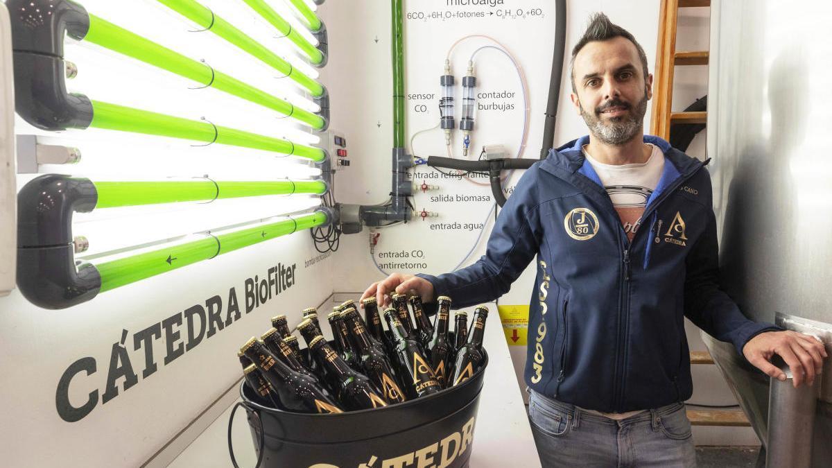 El maestro cervecero Eduardo Cano posa con una copa de cerveza Cátedra Beer
