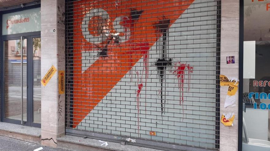 Ataquen la seu de Ciutadans a Girona llançant-hi pintura i ous
