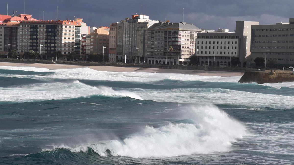 Fuerte oleaje durante un temporal en A Coruña.