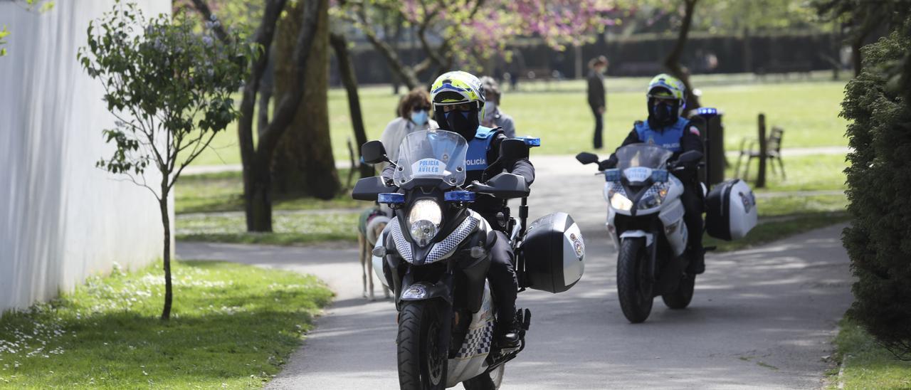 Agentes de la Policía Local, patrullando en el parque de Ferrera.