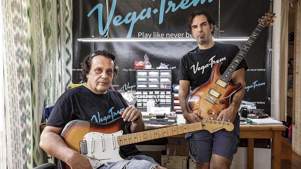 Andrés Salleras e Isaac Vega posan con dos guitarras que cuentan con el puente móvil creado por ellos.