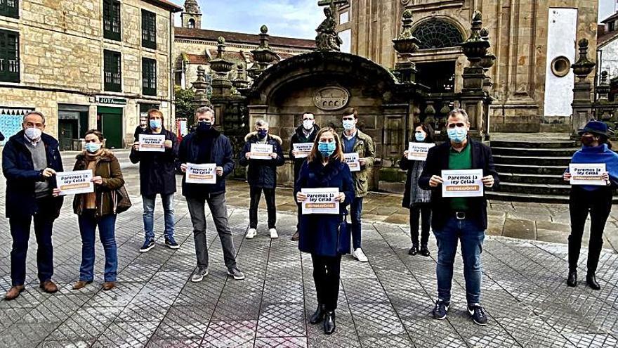"""Los populares se concentran contra la """"Ley Celaá"""" en la Praza da Peregrina de Pontevedra"""