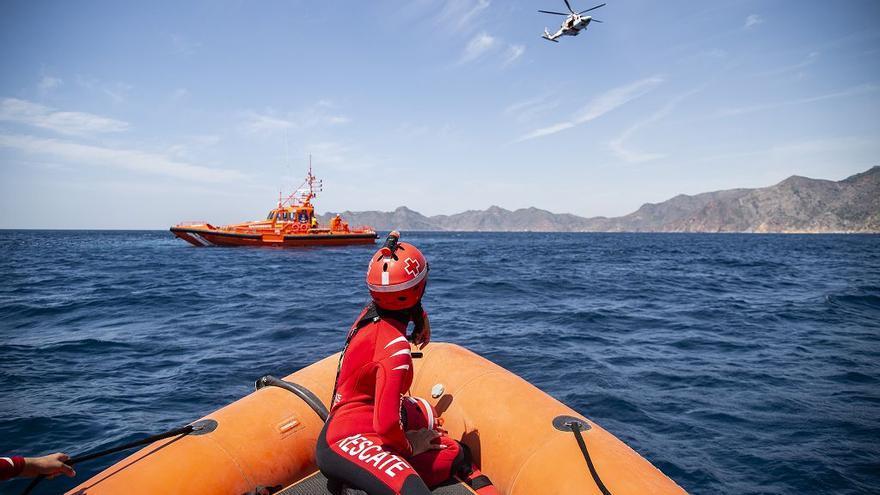 Interceptan de madrugada dos pateras con 28 migrantes en aguas de Cartagena