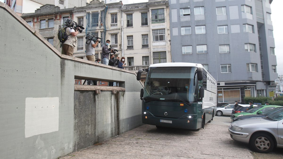 Civil Guard bus where the defendants for the crime of Samuel Luiz go after being summoned to court