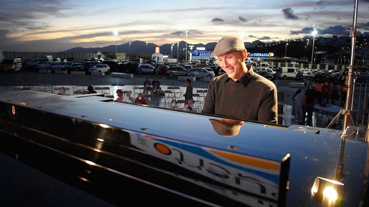 El pianista Manuel Bonino, en la Plaza del Varadero de Puerto del Carmen.