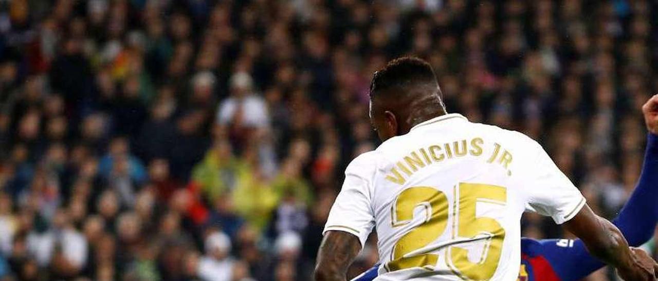 El remate de Vinicius roza en la bota de Piqué y se convierte en el 1-0 para el Madrid.