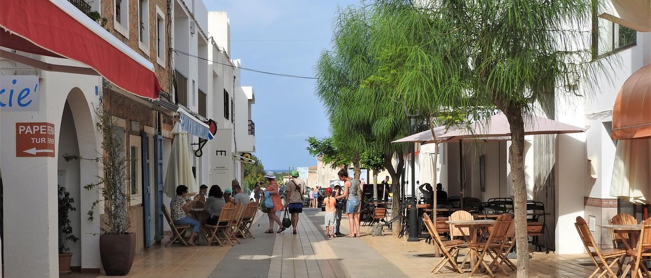 Una calle de Sant Francesc con bares y restaurantes.