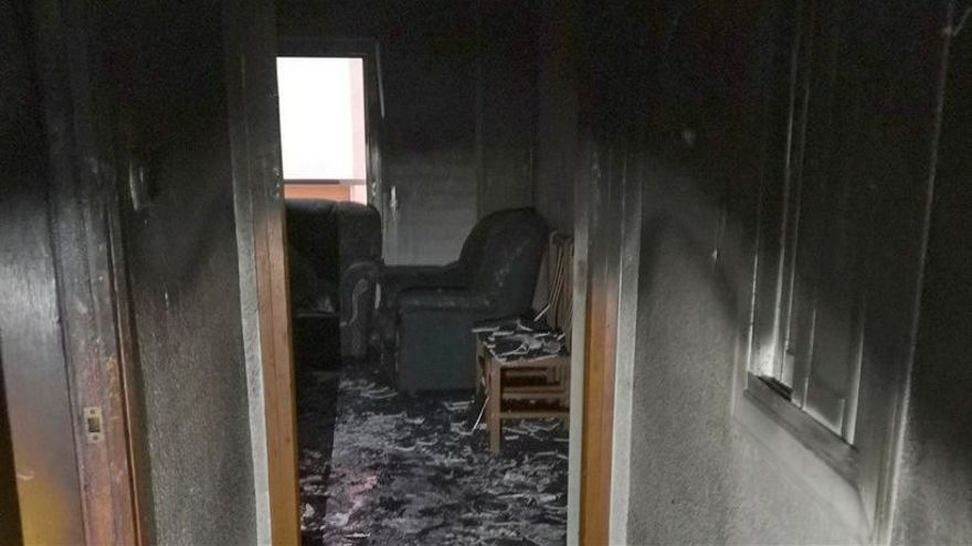 Los bomberos desalojan un edificio en Petrer al incendiarse un piso