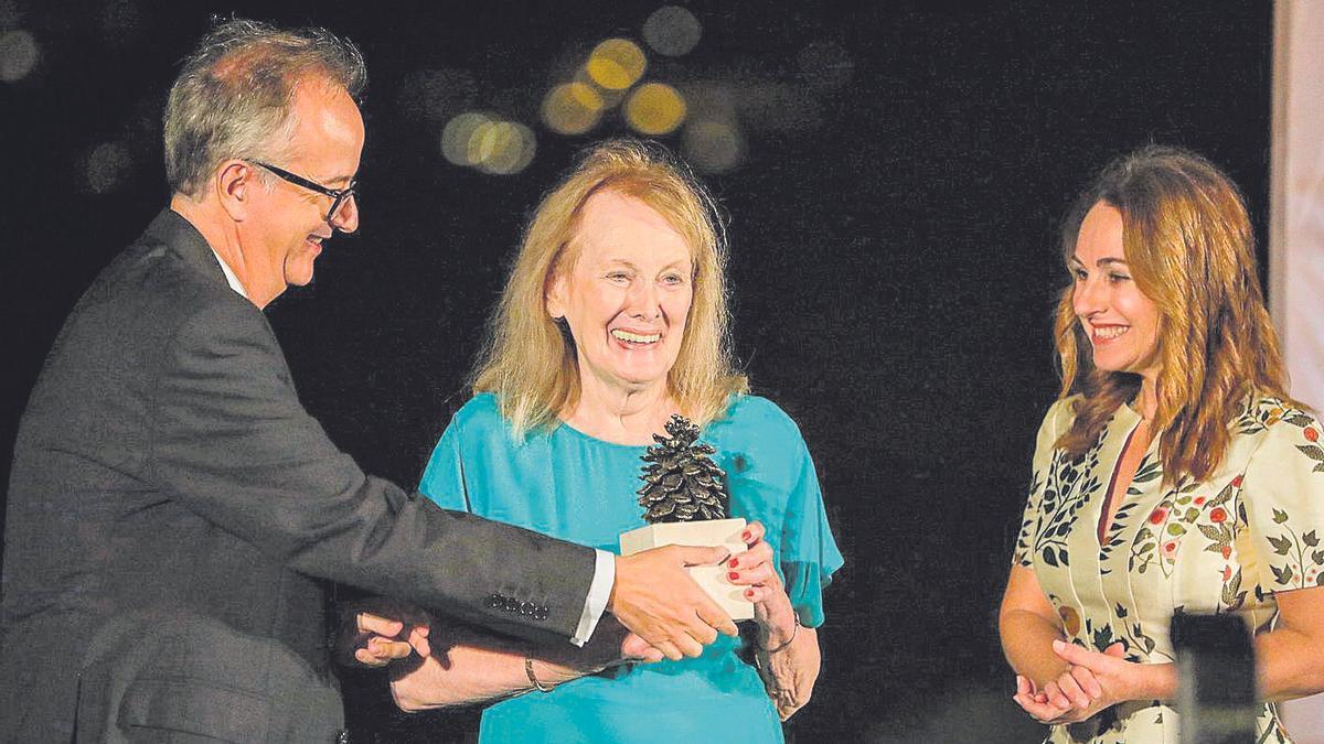 Annie Ernaux recibió el Premio Formentor 2019 de manos de Simón Pedro Barceló y Marta Buadas.