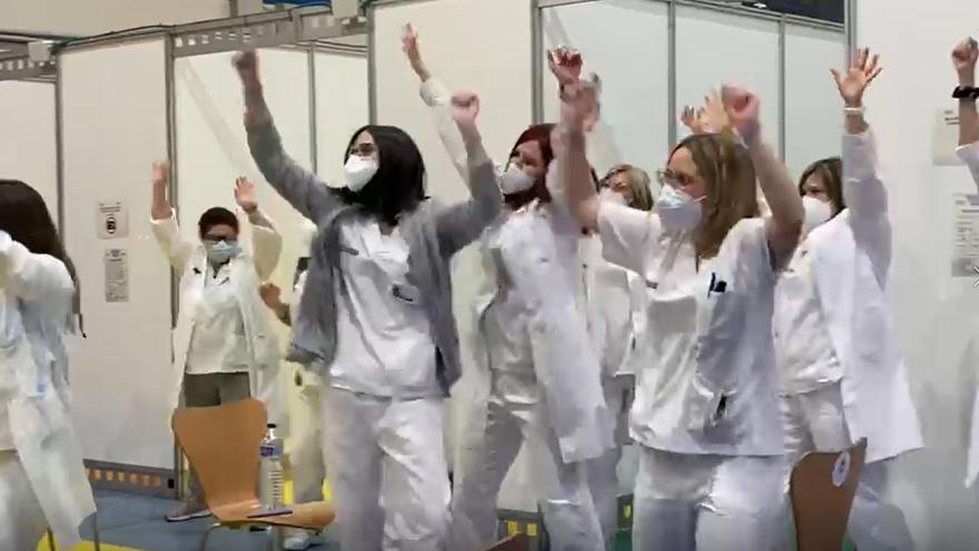 El baile de la vacuna contra el covid del personal sanitario de Elda