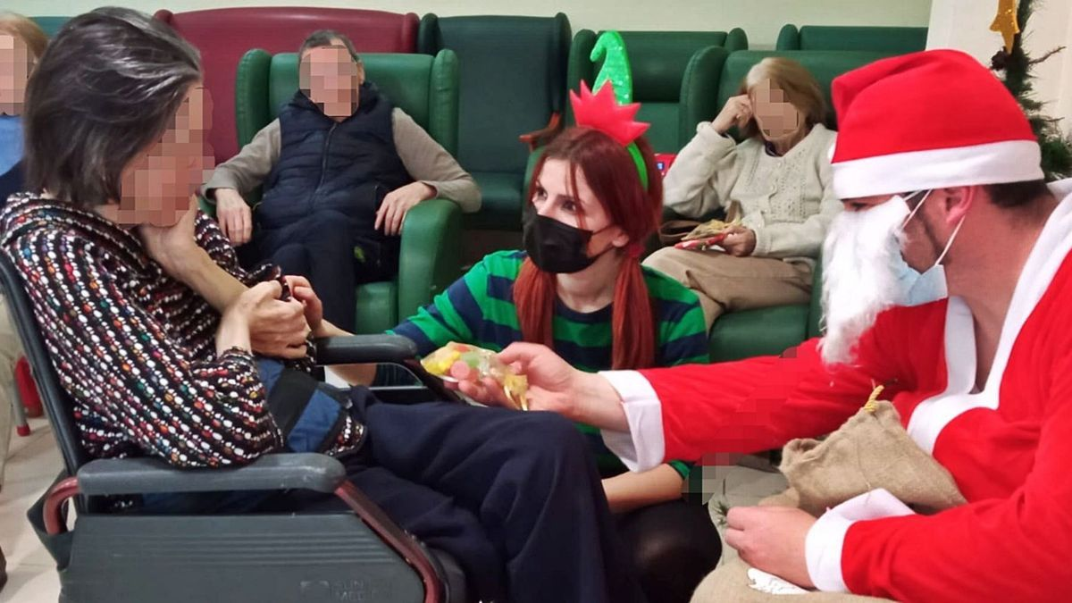Papá Noel visita  la residencia Jardines del Palau, antes de las vacunas. Levante-EMV