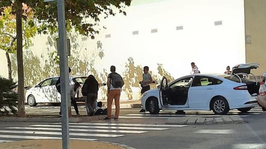 Un joven en patinete herido tras impactar sin casco contra la luna de un coche en Castelló