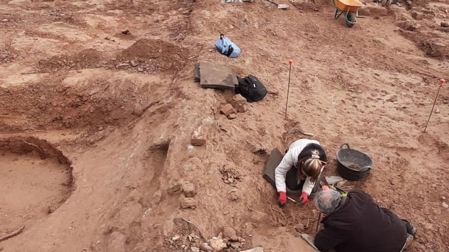 Apareixen onze cossos de l'edat mitjana enterrats sota la piscina del Castell de Berga