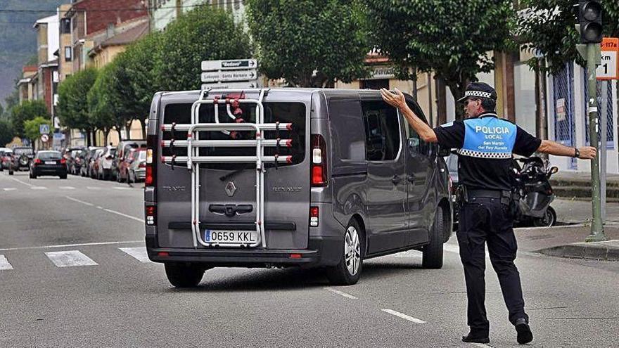 Detienen en El Entrego a un conductor ebrio que provocó un accidente